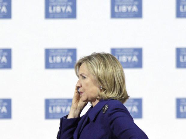 A secretária de Estado dos EUA, Hillary Clinton, fala ao telefone durante a conferência sobre a Líbia nesta terça-feira (29) em Londres (Foto: AP)