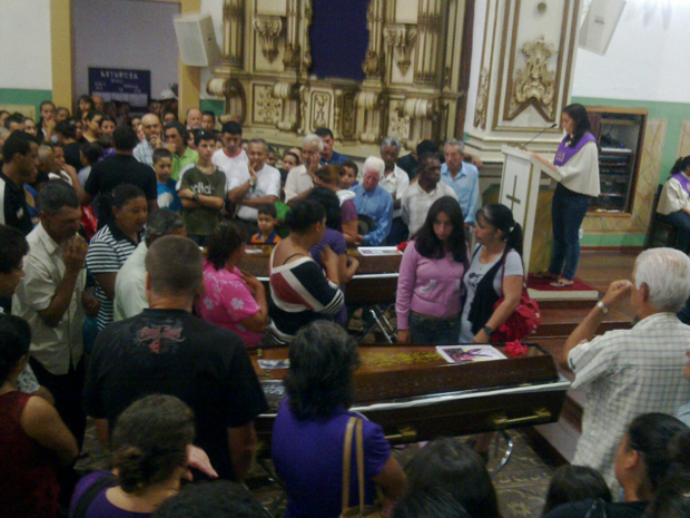 Missa em memória de irmãs mortas lota Igreja da Matriz de Cunha (Foto: Paulo Toledo Piza/G1)