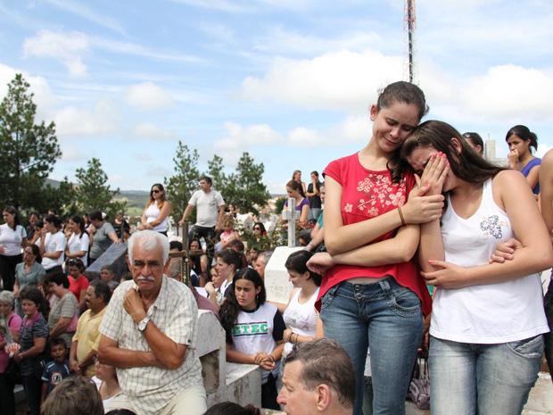 Adolescentes choram no enterro das irmãs em Cunha (Foto: Paulo Toledo Piza/G1)