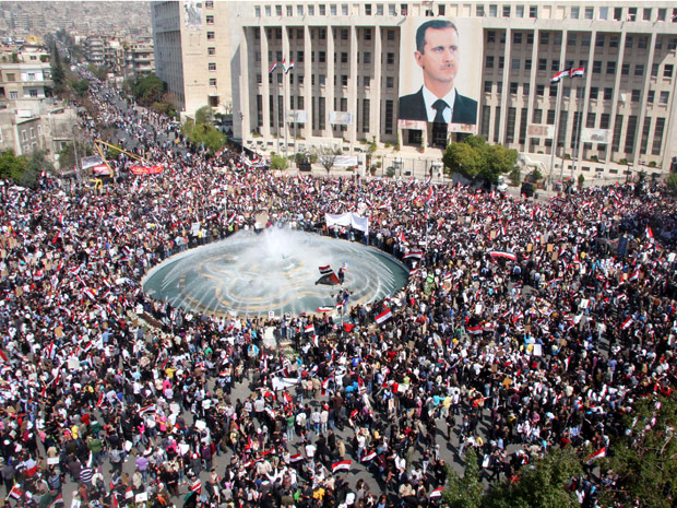 Manfestantes lotam praça em Damasco em apoio ao presidente sírio (Foto: AP)