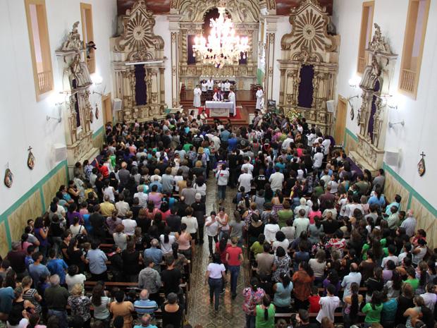 Missa reúne mais de mil (Foto: Paulo Toledo Piza/G1)