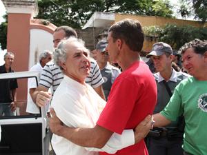Pai das irmãs é consolado (Foto: Paulo Toledo Piza/G1)