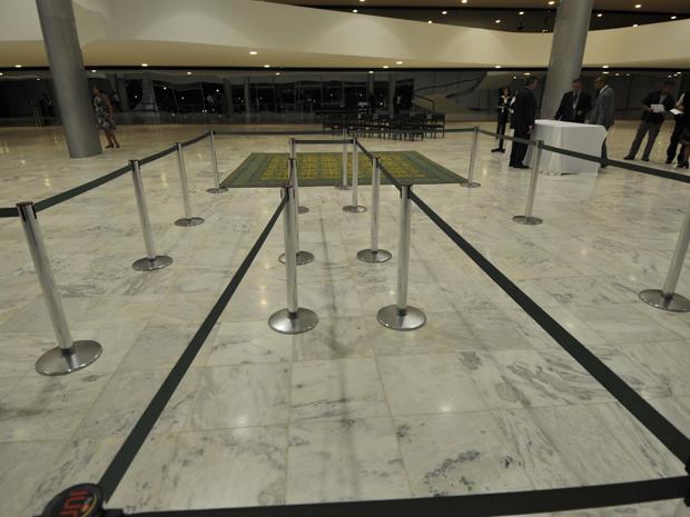Faixas foram instaladas para guiar o público que for fazer uma última homenagem ao ex-vice-presidente. (Foto: José Cruz/ABr)