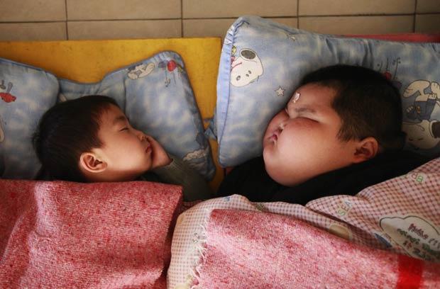 Lu Zhihao é muito maior do que crianças da mesma idade. (Foto: Joe Tan/Reuters)