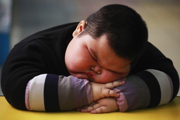 Chinês Lu Zhihao, de 4 anos, tem 1,1 metro de altura e pesa 62 quilos. (Foto: Joe Tan/Reuters)