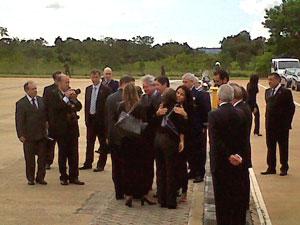 Família de Alencar na chegada à Base Aérea de Brasília (Foto: Robson Bonin/G1)