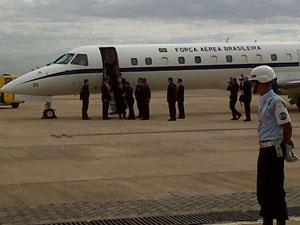 Avião com familiares de José Alencar chega à Base Aérea de Brasília (Foto: Robson Bonin / G1)