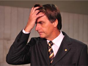 O deputado Jair Bolsonaro fala à imprensa sobre o requerimento que fez ao Conselho de Ética e Decoro Parlamentar pedindo sua convocação para prestar esclarecimentos sobre as declarações que fez em um programa de tv (Foto: Renato Araújo/ABr)