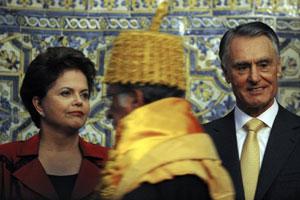A presidente Dilma na solenidade ao lado do presidente de Portugal, Cavaco Silva (Foto: AFP)