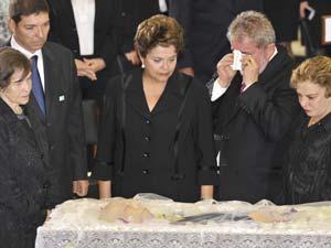 A viúva de José Alencar, dona Mariza, ao lado do filho Josué, acompanham cerimônia religiosa no velório de José Alencar com a presidente Dilma Rousseff, o ex-presidente Luiz Inácio Lula da Silva e da ex-primeira-dama Marisa Letícia (Foto: José Cruz/ABr)