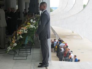 Enquanto ocorre o o velório no Palácio do Planalto, pessoas aguardam em fila do lado de fora para entrar e prestar a última homenagem a Alencar (Foto: g1)