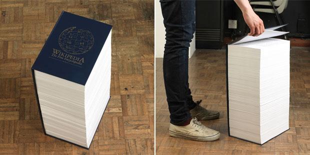 O artista inglês Robert Matthews imprimiu os mais de 3 mil artigos recomendados pela Wikipedia e os transformou em um livro com mais de 5 mil páginas (Foto: Divulgação/Rob Matthews)