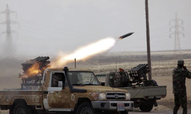 Rebeldes lançam foguete contra forças de Kadhafi nesta quinta-feira (31) próximo à cidade líbia de Brega (Foto: AP)