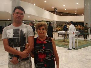 Magnólia Viana Trindade, 71, com o filho caçula. (Foto: G1)