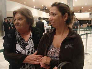 Aos 80 anos, Íris Franco Caldas foi ao velório acompanhada pela filha. (Foto: G1)