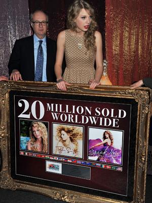 A cantora Taylor Swift recebe placa em Londres (Foto: AP)