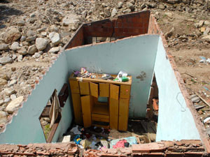 Casa parcialmente destruída guarda armário e outros pertences em onde já foi um quarto (Foto: Alexandre Durão/G1)