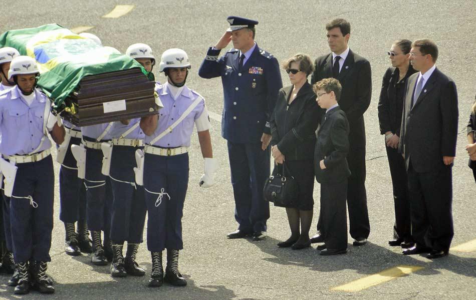 Caixão com corpo de Alencar é desembarcado na base aérea de Belo Horizonte (Foto: Flávia Crisini/G1)