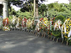 Coroas de flores na porta do Palácio da Liberdade (Foto: Pedro Triginelli/G1 MG)