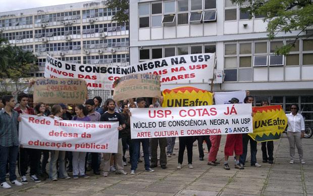 Estudantes levam faixas de protesto em frente à reitoria da USP (Foto: Fernanda Nogueira/G1)