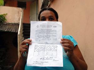 A doméstica Luciene ainda mora na casa interditada; a irmã Eliane também teve a residência interditada (Foto: Alexandre Durão/G1)