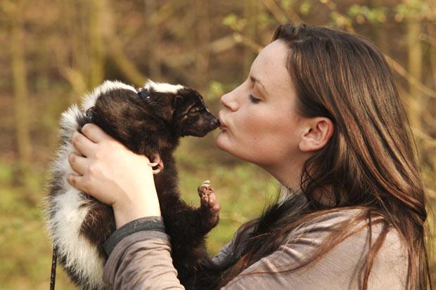 Jovem chega a beijar o animal chamado 'Einstein'. (Foto: Laurentiu Garofeanu/Barcroft Me/Getty Images)
