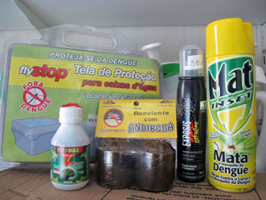 Na prateleira, diversos produtos anunciam o combate ao mosquito da dengue (Foto: Cláudia Silveira/G1)