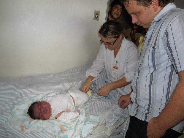 Bebê Júnior César nasceu com 57 centímetros e 6,8 quilos (Foto: Divulgação/Roni César/Secretaria de Saúde de Poerto Xavier)