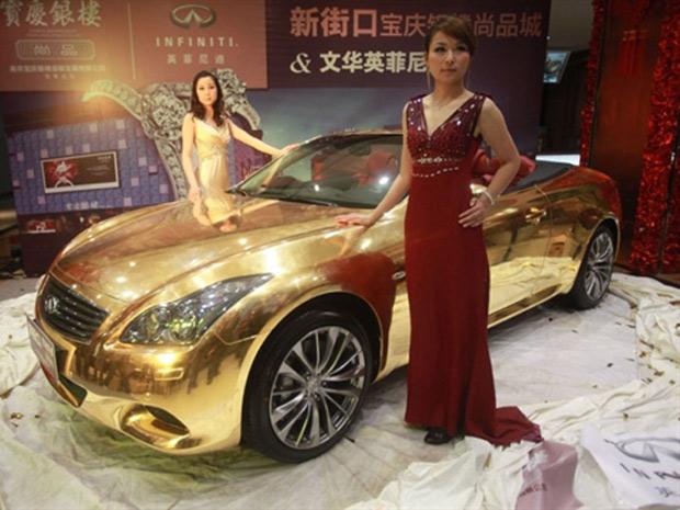 Joalheria chinesa exibe Infiniti G-37 pintado em ouro (Foto: AFP)