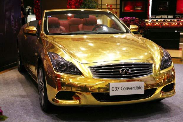 Artistas criaram um carro esportivo banhado a ouro (Foto: Wang Xin/Xinhua/AP)