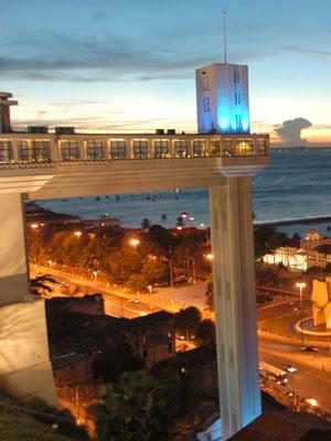 Elevador Lacerda iluminado de azul (Foto: Sergio Pedreira - SECOM)