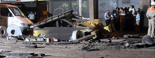 Táxi é atingido por explosão de bueiro em Copacabana (Foto: Celso Pupo/Fotoarena/AE)