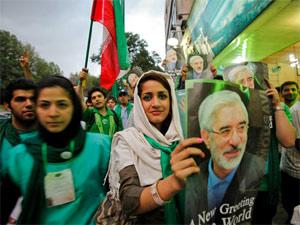 Militantes pró-Mossauvi carregam cartaz do ex-candidato à presidência do Irã (Foto: reprodução)