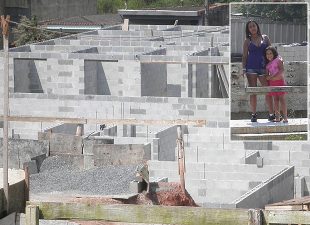 Gleice e a filha, no destaque, e imagem da obra em fevereiro; atraso e falta de informação. (Foto: Arquivo pessoal)