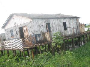 Casa de palafita na periferia de Altamira