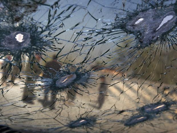 Perfurações a bala são vistas em veículo usado por manifestantes após uma tentativa de ataque a uma base americana em Cabul, neste sábado (2) (Foto: Ahmad Masood / Reuters)