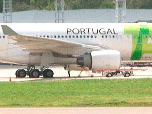 Avião que pousou emergencialmente em Salvador, tinha como destino Portugal (Foto: Reprodução/TVBA)
