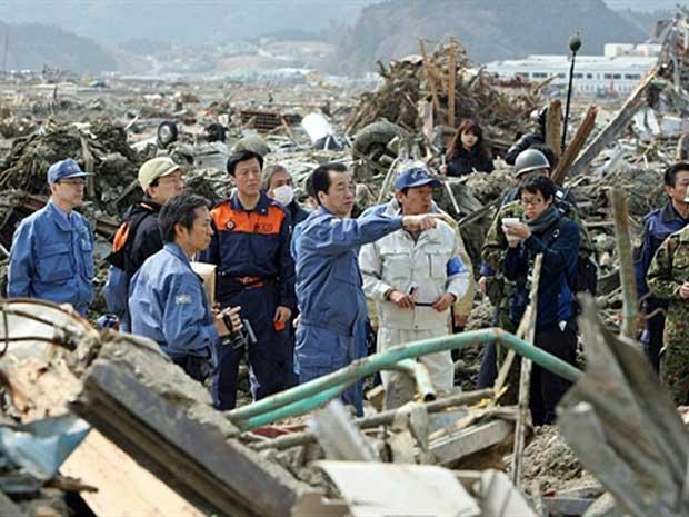 Primeiro-ministro do Japão, Naoto Kan, visita área devastada por tsunami em Rikuzentakata. (Foto: AFP Photo)