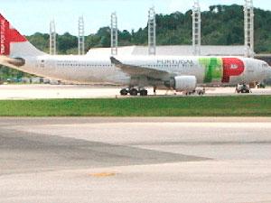 Pouso emergencial: avião da TAP para em Salvador (Foto: Reprodução - TVBA)
