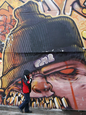 Grafite em muro da cidade de Krasnoyarsk, na Rússia.  (Foto: Reuters)