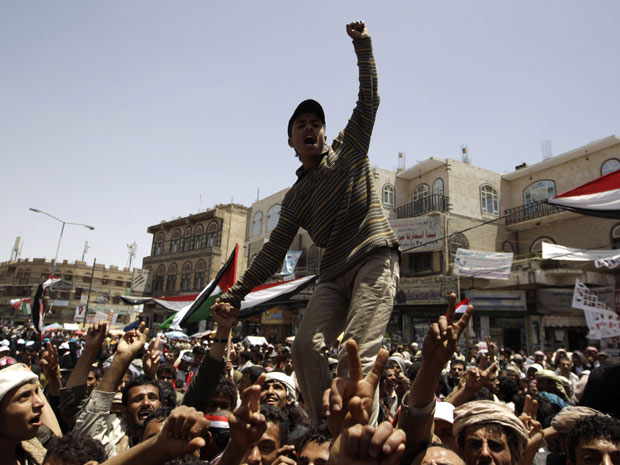 Manifestantes anti-governo se concentraram neste sábado em frente à Universidade de Sanaa, capital do Iêmen (Foto: Ammar Awad / Reuters)