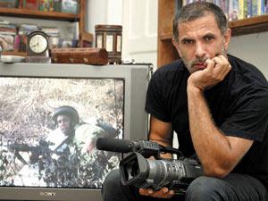 O ator e diretor israelense Juliano Mer-Khamis em sua casa em Haifa, em foto de 2004 (Foto: Alex Rozkovsky / AP)