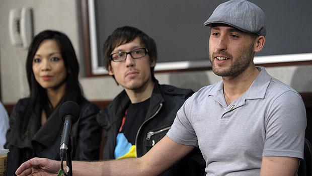 Ricky Cisco (à direita) falou sobre as razões que o fez doar um rim a Jeff Kurze (centro) em uma coletiva de imprensa (Foto: AP)