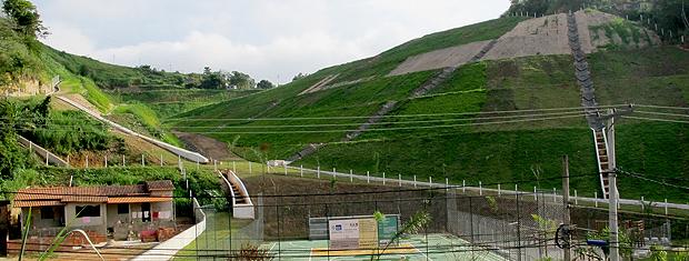 Morro do Bumba passou por obras de recuperação e ganhou cercas, calhas e quadra (Foto: Rodrigo Vianna/G1)