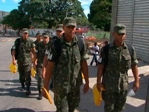 Exército combate dengue (Foto: Reprodução/TVBA)