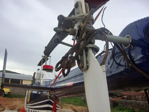 Cabos de aço amarrados em helicóptero do Ibama por manifestantes (Foto: Divulgação/Ibama)