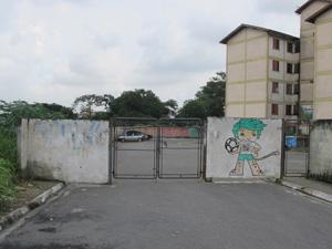 Homem foi pego pelos policiais após bater com van roubada no  portão do condomínio (Foto: Juliana Cardilli/G1)