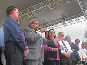 André Puccinelli discursa em meio a parlamentares da bancada ruralista (Foto: Mariana Oliveira/G1)