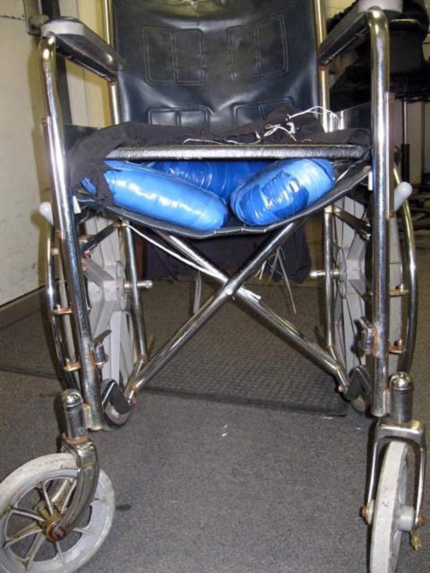 Cadeira de rodas tinha drogas escondida. (Foto: AP)