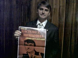 O deputado Jair Bolsonaro (PP-RJ) segura cartaz em que é retratado como nazista (Foto: Robson Bonin/G1)